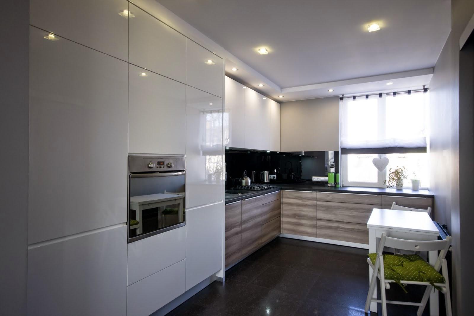 Jasna kuchnia z małym oknem