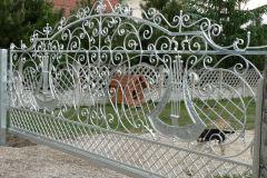 Bogato stylizowana brama wjazdowa