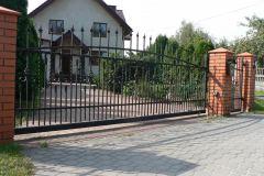 Delikatnie stylizowana brama stalowa