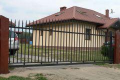 Nowoczesna brama stalowa z napędem
