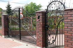 Zdobiona brama z furtką