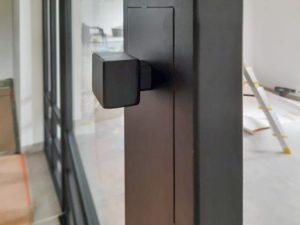 Drzwi stalowe - uchwyt